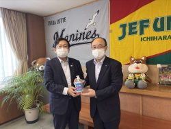 麻薙会長より神谷千葉市長へ支援品贈呈