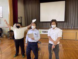 税金クイズ担当の鵜澤青年部会員(写真中央)